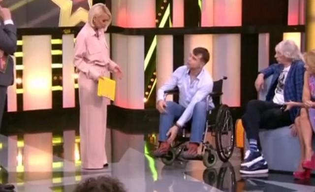 Михаил передвигается на инвалидом кресле