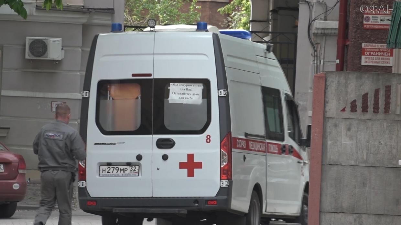 Врачи в Омске привезли пациентов с COVID-19 к зданию областного Минздрава