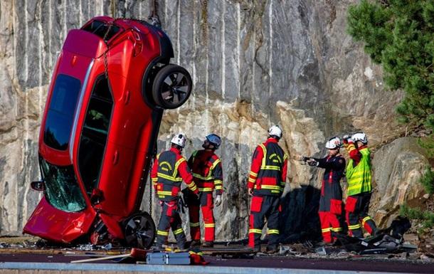 В Volvo сбросили автомобили с 30-метровой высоты