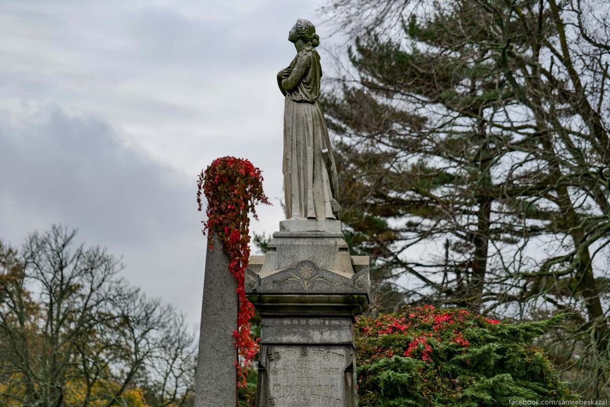 На Гринвудском кладбище находится около 600 000 могил.