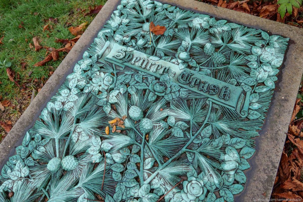Изящное литое надгробие.