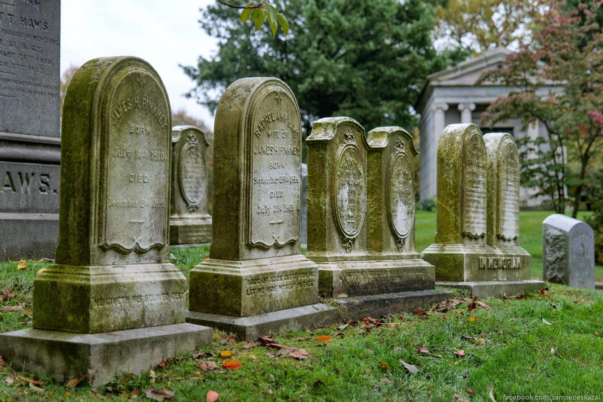 Надгробные камни сделанные из мрамора были очень популярны в 19-м веке, но не прошли проверку временем. Осадки словно кислота разъедают мрамор, делая поверхность камня похожей на наждачную бумагу, а нанесенные символы и надписи нечитаемыми.
