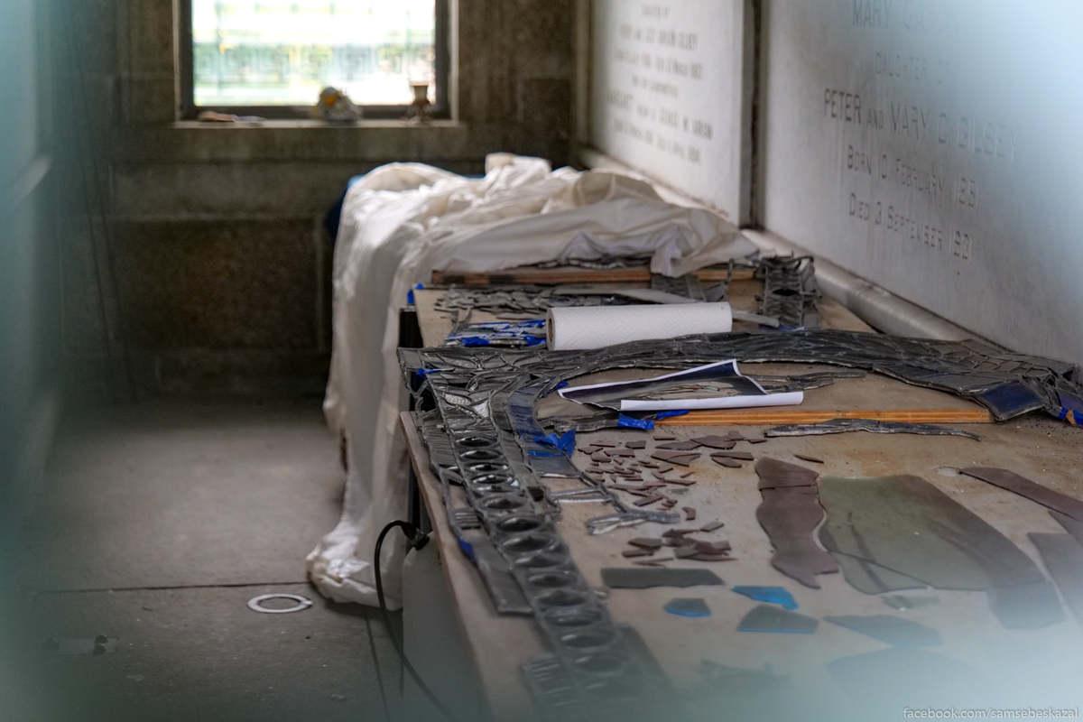 Реставрация витража в одном из мавзолеев.
