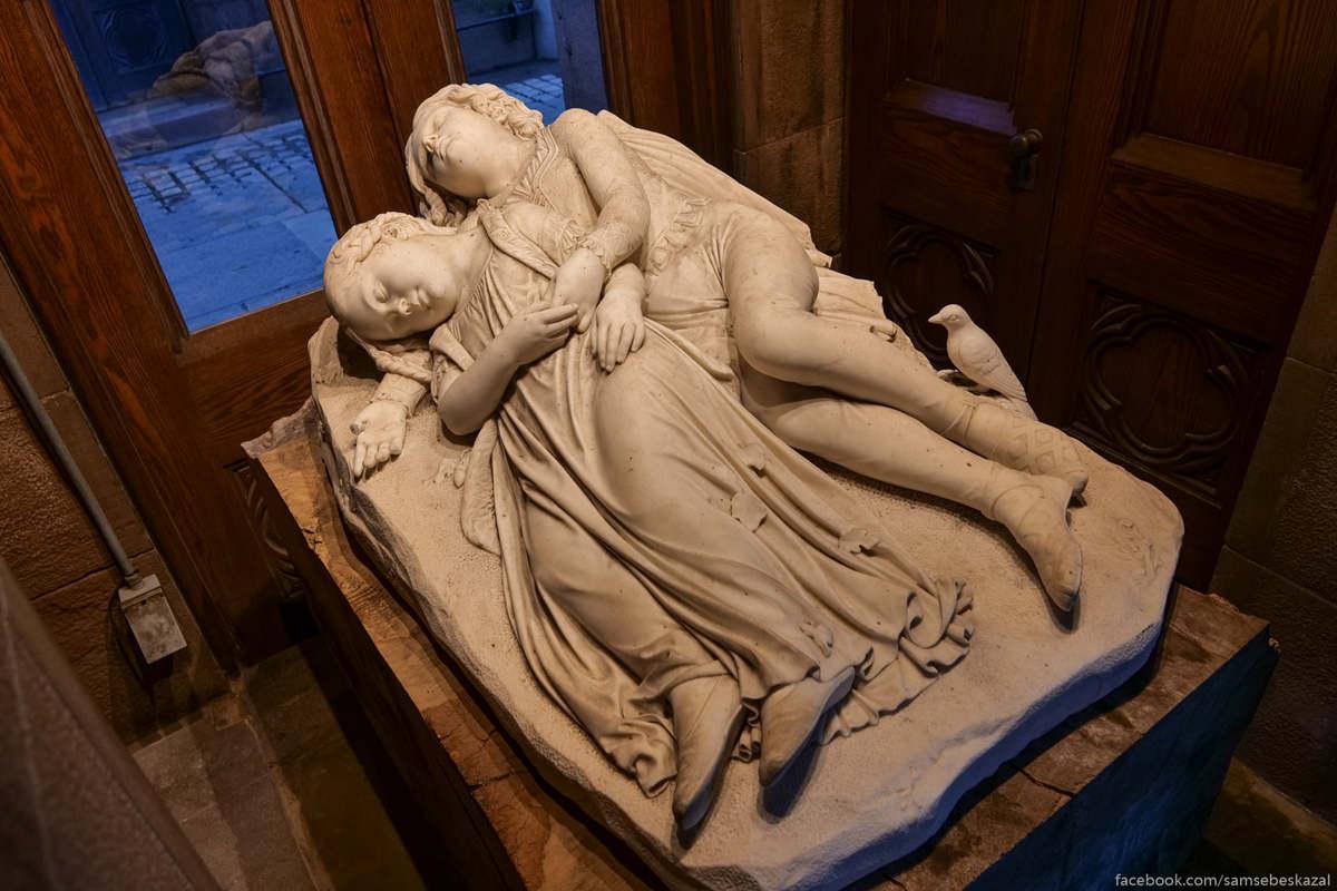 Изящное мраморное надгробие с уснувшими навсегда братом и сестрой одно из самых грустных напоминаний о высочайшей в прошлом детской смертности. Автором является известный американский скульптор Томас Кроуфорд, который умер в возрасте 43 лет от рака мозга и похоронен на Гринвудском кладбище в могиле без надгробия.