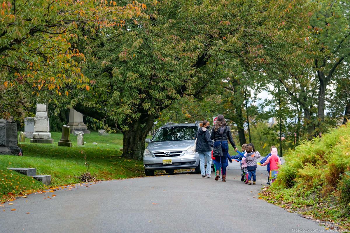 Детский сад на прогулке по кладбищу.