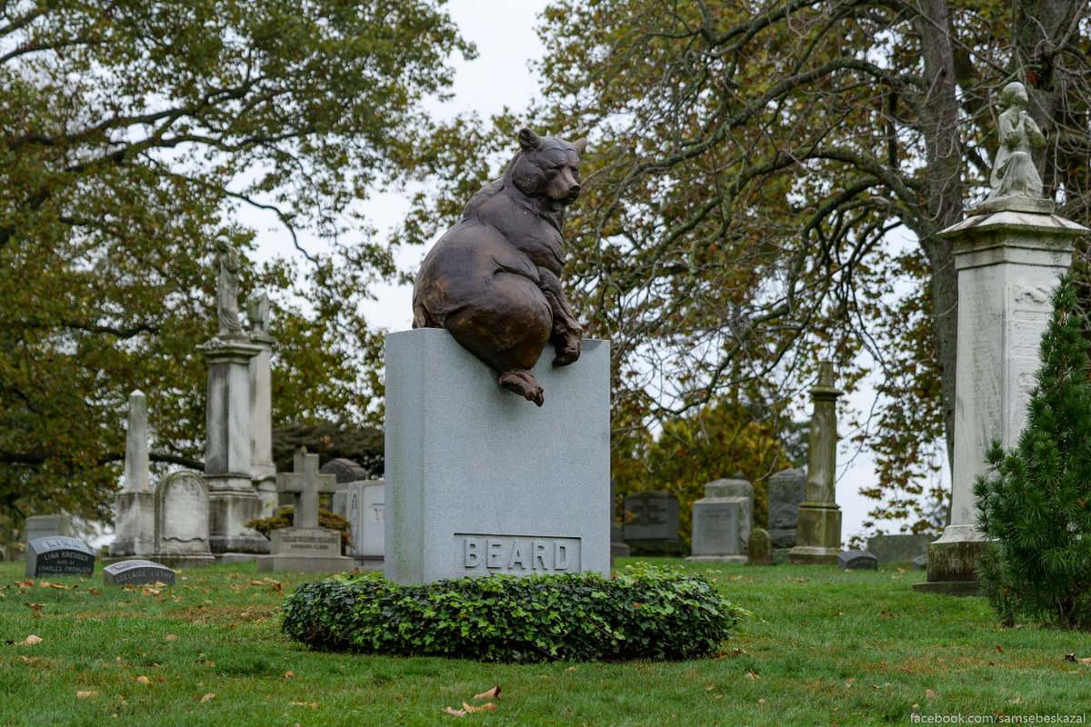 Надгробие установленное на могиле иллюстратора Уильяма Холбрука Берда, который был знаменит своими картинами на которых изображал зверей одетых и ведущих себя, как люди. Что-то типа
