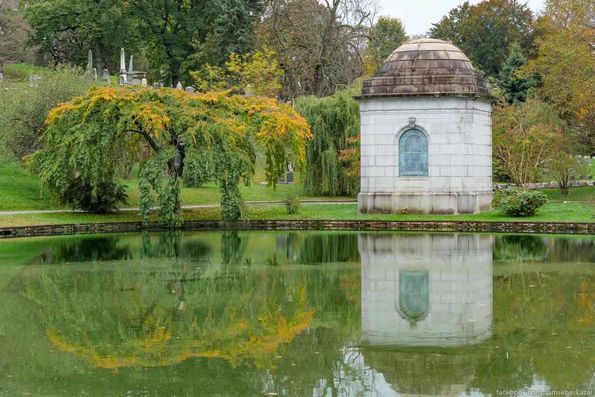 Мавзолей у пруда. На кладбище было вырыто несколько искусственных водоемов.