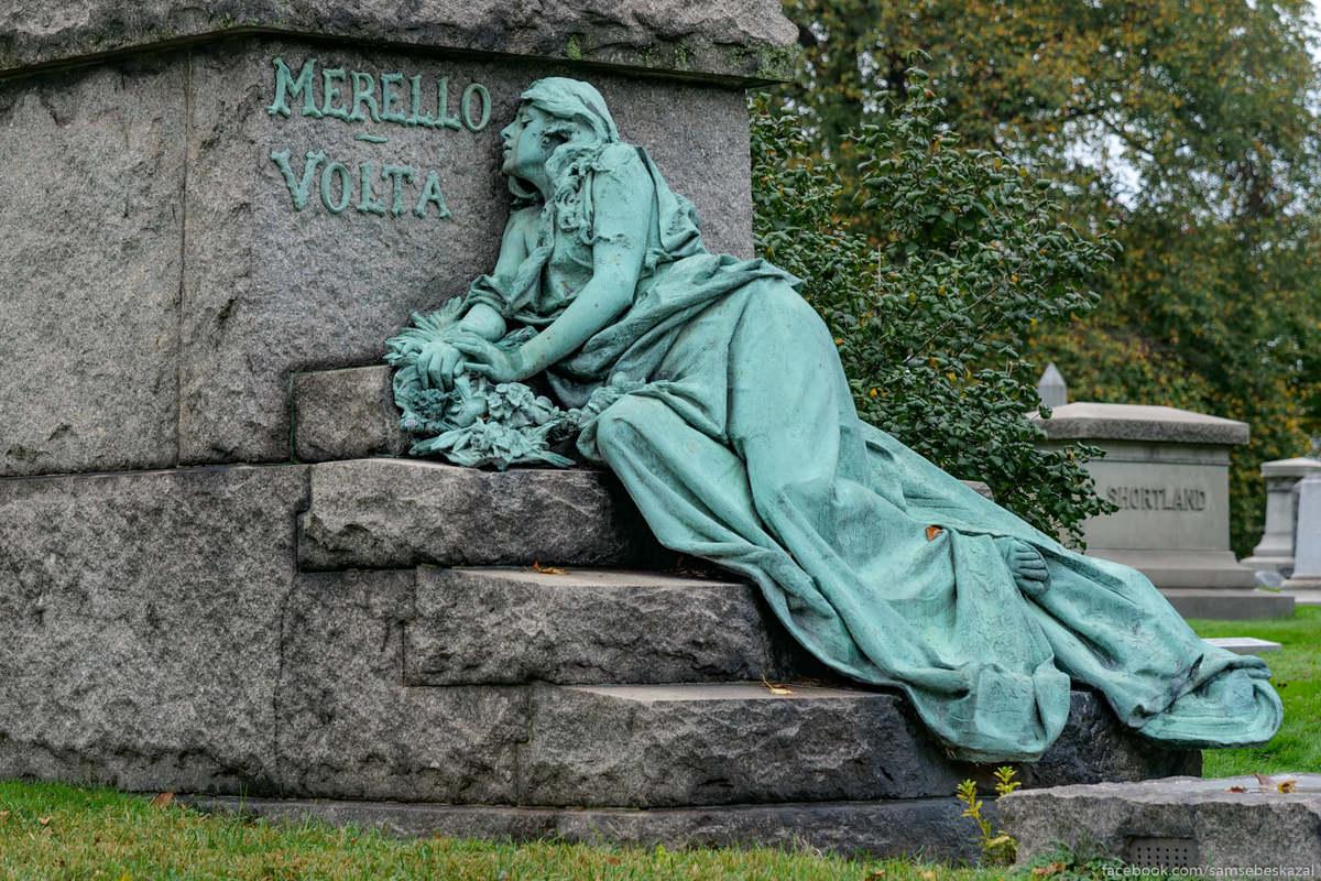 Merello-Volta, наверное, одно из самых изящных надгробий на гринвудском кладбище. Гранитная лестница с большим крестом и телом упавшей девушки, оформляют вход в подземную часть склепа. Существует легенда, что здесь похоронена невеста одного из боссов мафии, которую убило случайной пулей во время покушения прямо на их свадьбе. Это красивая, но всего лишь легенда. Реальная история гораздо прозаичнее. Женщина по имени Роза Гуарино (в девичестве Мерелло) стала жертвой своего собственного слуги Петро, которого разозлило замечание другой девушки, которая также работала прислугой. Когда он подметал крыльцо, та попросила его закрыть дверь, чтобы пыль не летела в дом. У Петро, видимо, накопилось достаточно претензий и к работодательнице, и к другой прислуге, но именно это совершенно невинное замечание стало триггером того, что Петро взял в руки оружие и застрелил обеих женщин.