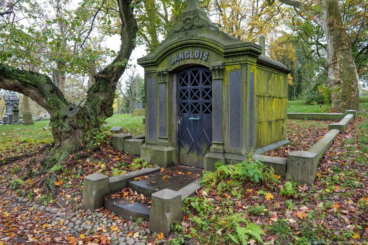 Без регулярной чистки и должного ухода мавзолеи быстро покрываются зеленью.