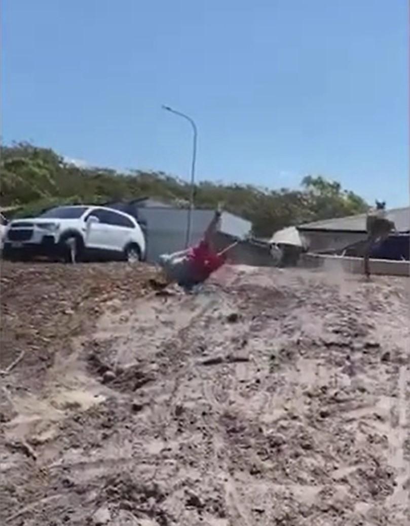 Мужчина вступил в схватку с дерзким кенгуру, устроившим хаос на его участке