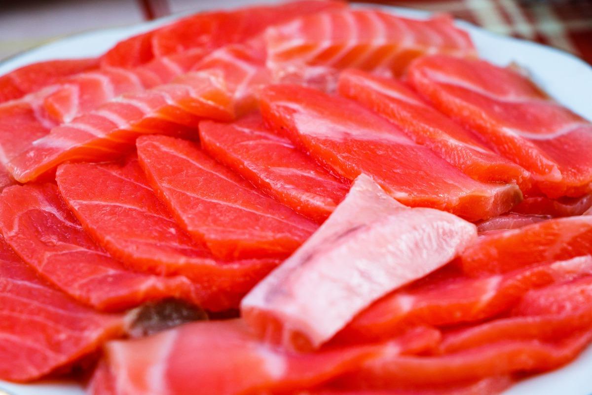 Эксперты рассказали, начто обратить внимание при выборе красной рыбы