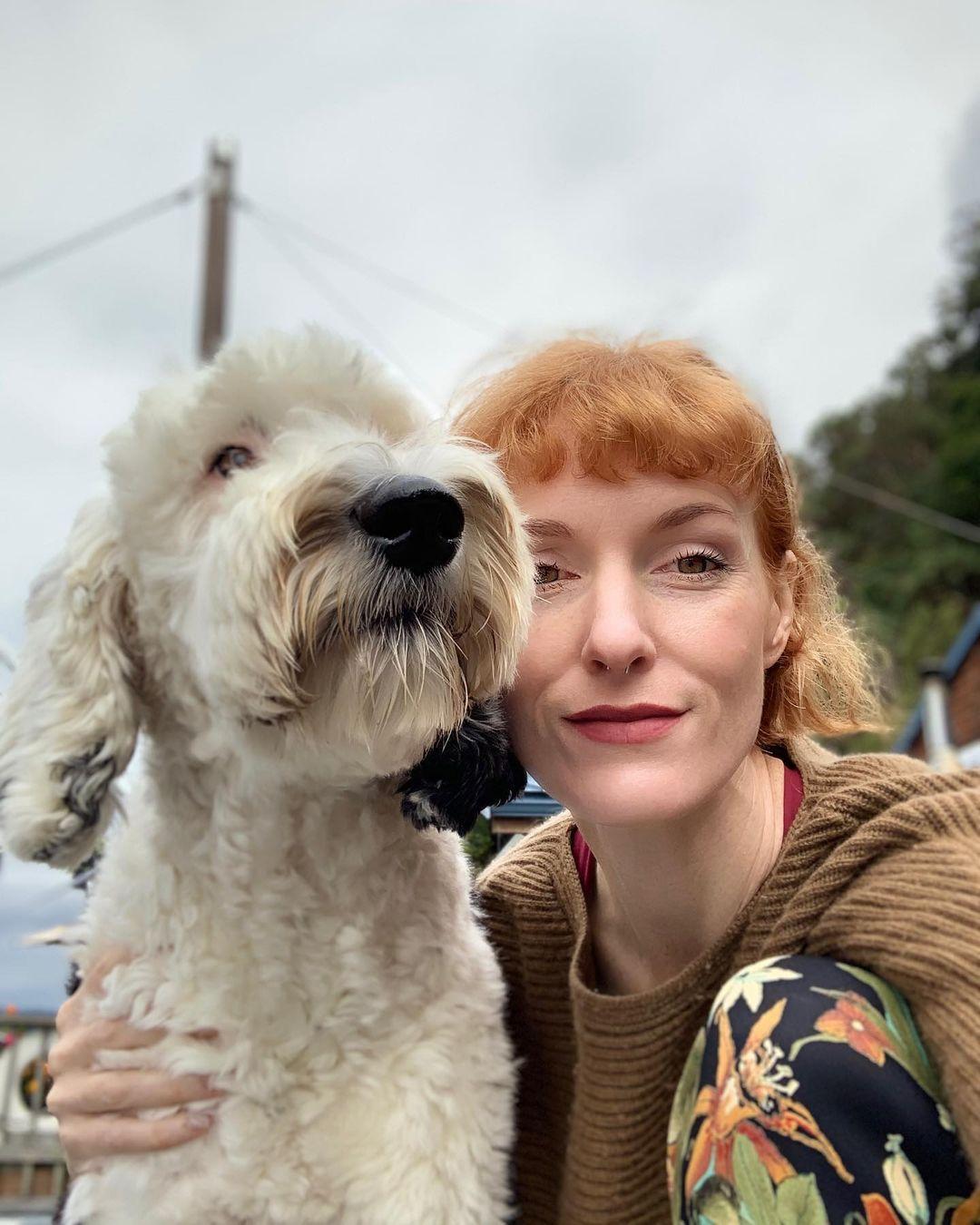 Женщина научила пса говорить с ней. Теперь за их общением наблюдают ученые