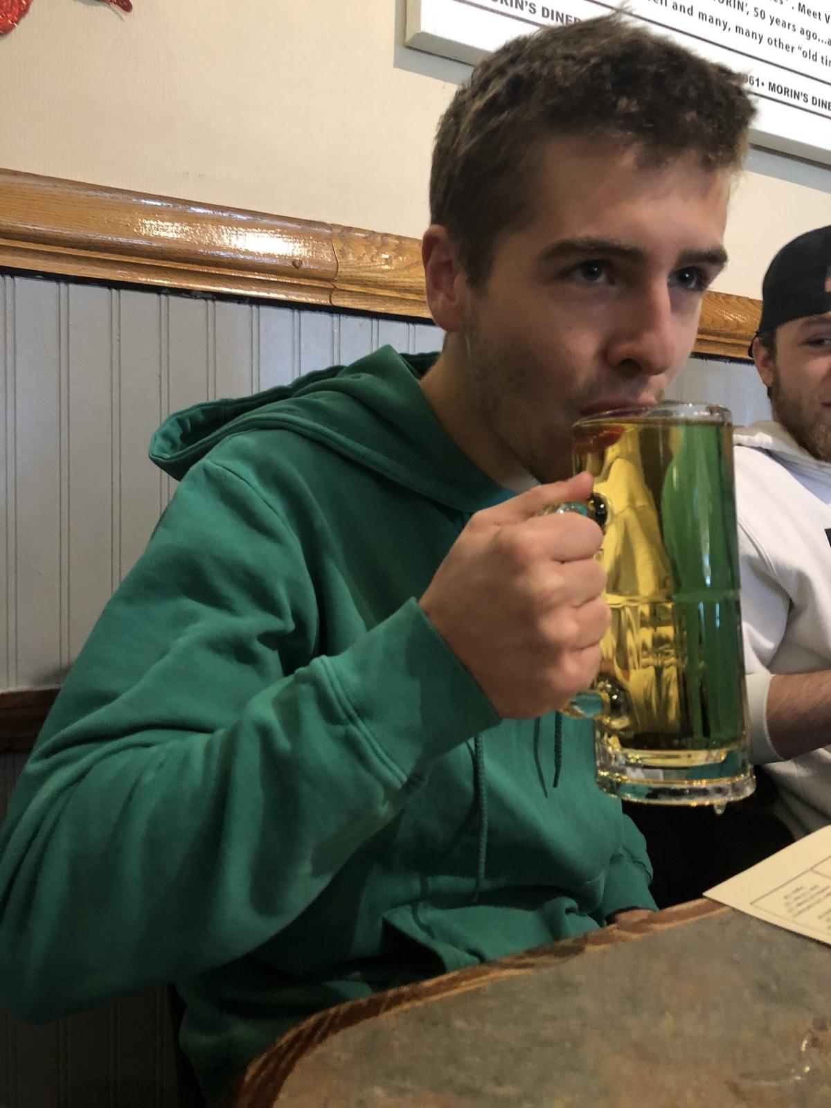 Отец купил совершеннолетнему сыну его первое пиво спустя 6 лет после смерти