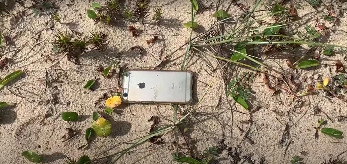 Мужчина выронил телефон из самолета и сделал лучшую рекламу продуктов Apple