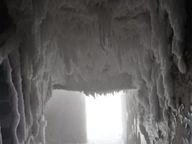 Общежитие вЧелябинской области превратилось в«ледяную пещеру»