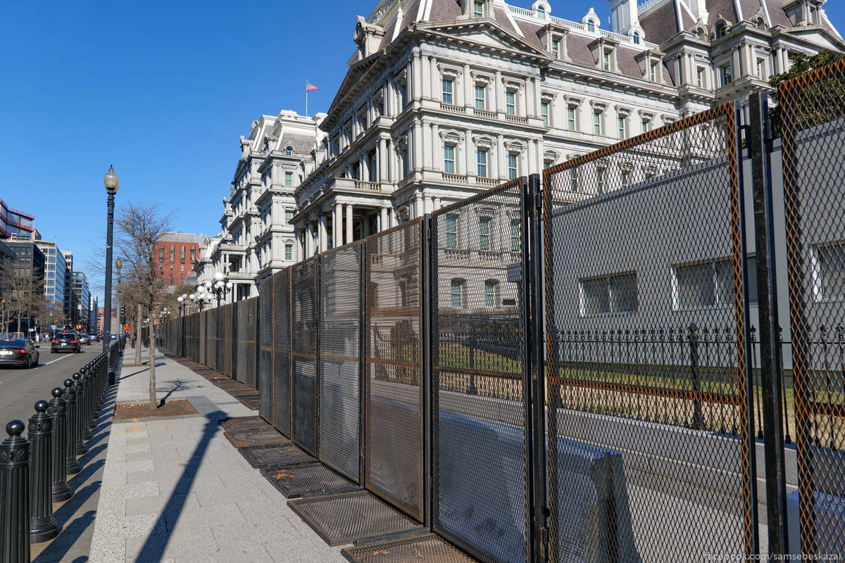 Огражден не только сам Белый дом, но и весь прилегающий квартал. На фото здание президентской администрации.