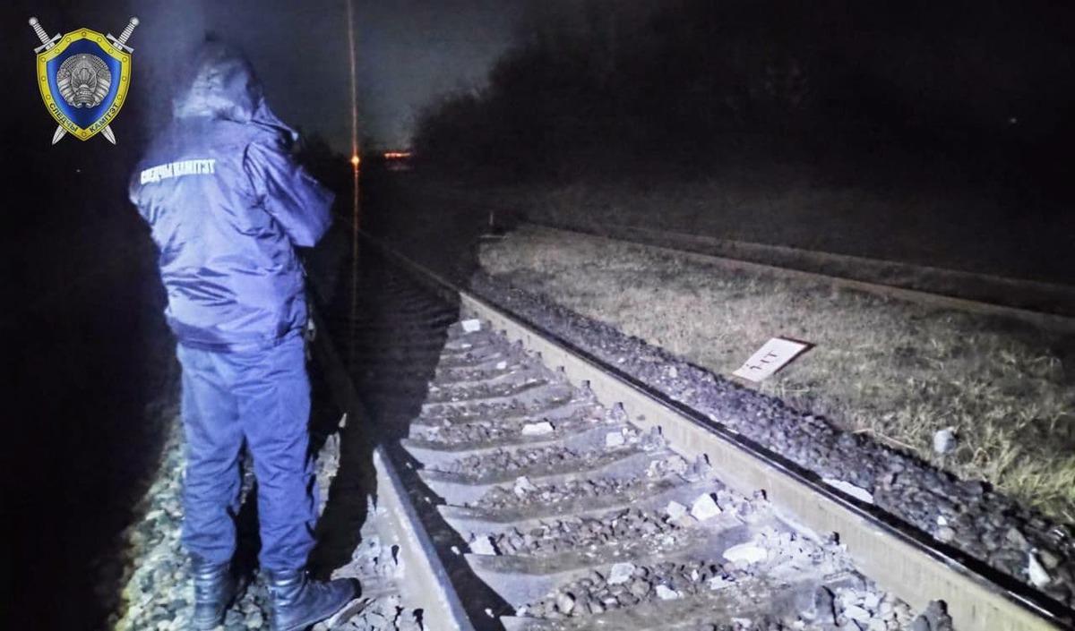 В Белоруссии диверсанты остановили пассажирский поезд бетонным столбом