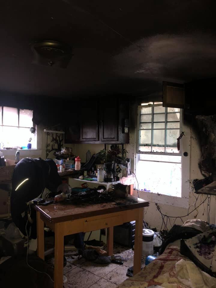 Здание приюта сгорело не полностью. Но сейчас оно не пригодно для жизни.