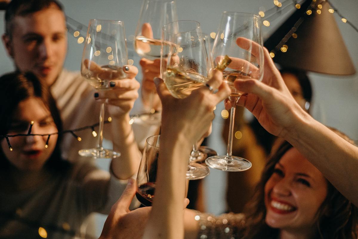Врач рассказала, может ли Новый год без сна повысить риск заражения COVID
