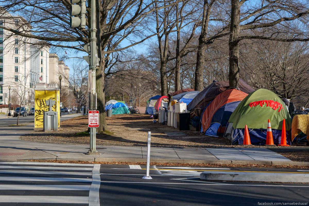 Палаточный лагерь у автомобильной развязки. Это всего в трех кварталах от Белого дома.