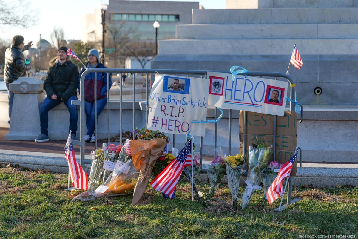 Мемориал погибшему полицейскому.