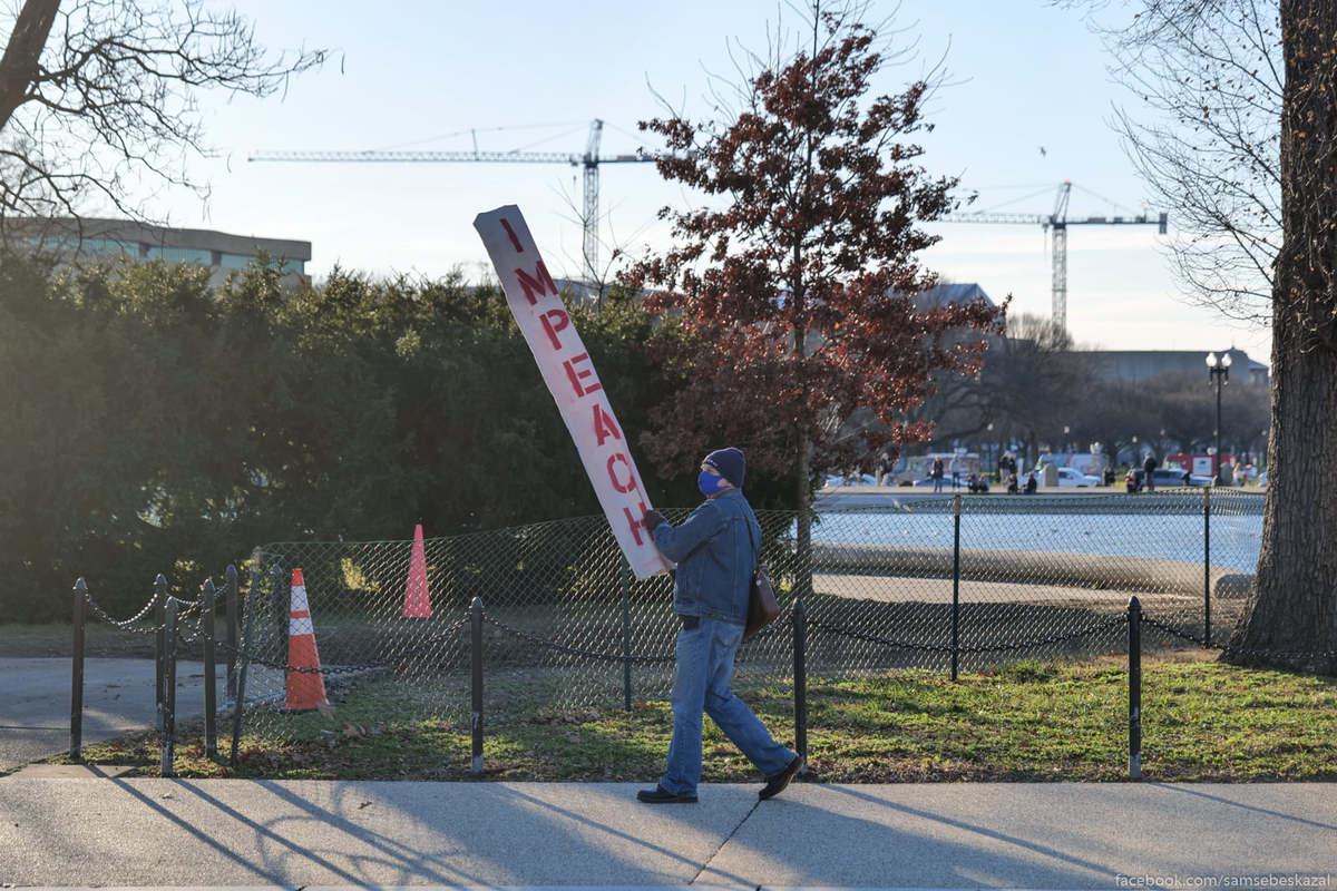 Мужик с плакатом призывающим к импичменту.