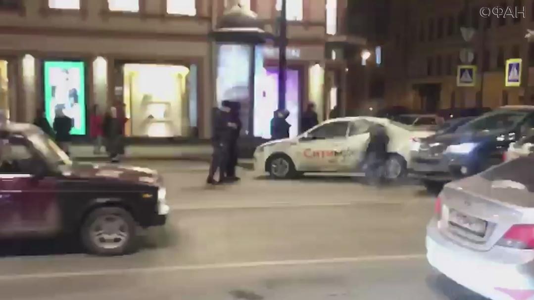 Водитель такси сбил человека на пешеходном переходе в Петербурге