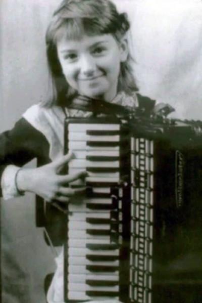 В школьные годы Ольга играла на фортепиано и аккордеоне