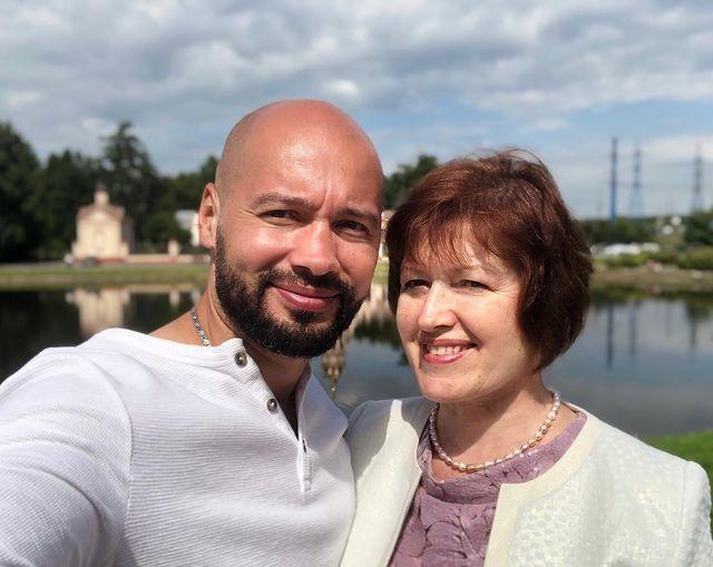 Андрей Черкасов вместе с мамой