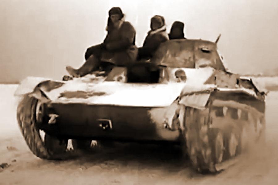 Лёгкий танк Т-60 с десантом на броне в ходе боёв за Калинин, декабрь 1941 года. Кадр из фильма «Разгром немецких войск под Москвой»