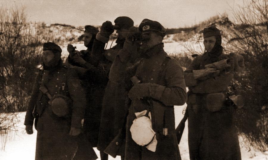 Офицеры 129-й пехотной дивизии вермахта на рекогносцировке. Район Калинина, ноябрь-декабрь 1941 года
