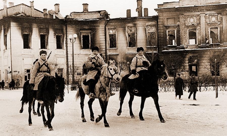 Советские кавалеристы на площади Ленина в освобождённом Калинине, декабрь 1941 года