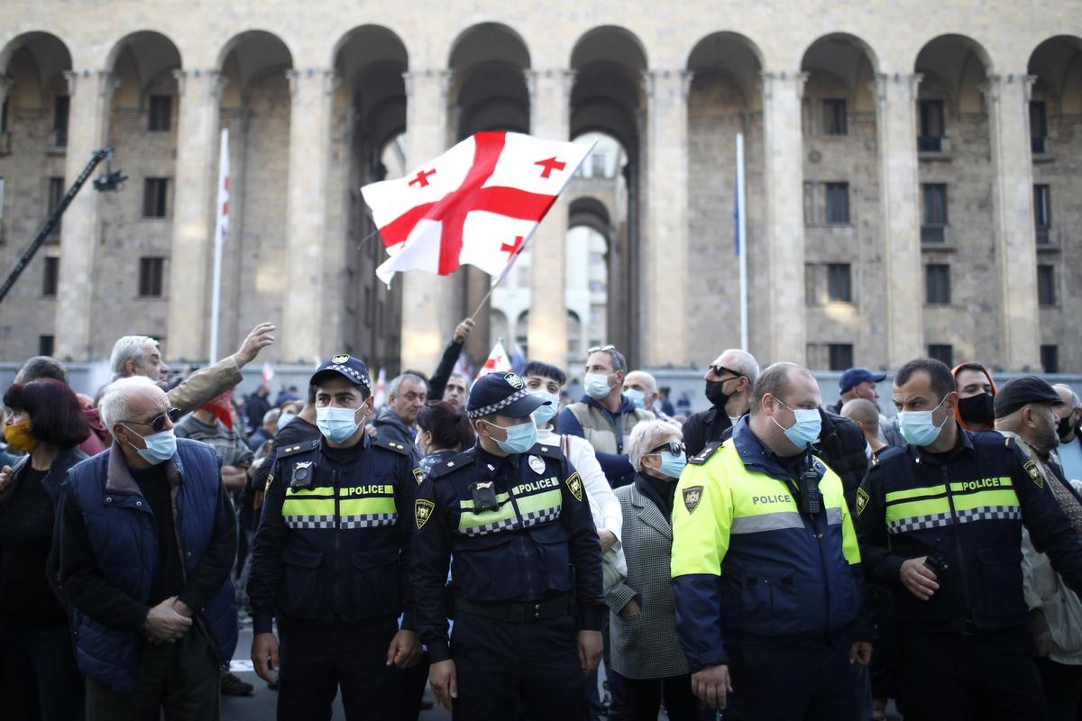 Митинг у здания парламента в Тбилиси © Давид Мдзинаришвили/ТАСС