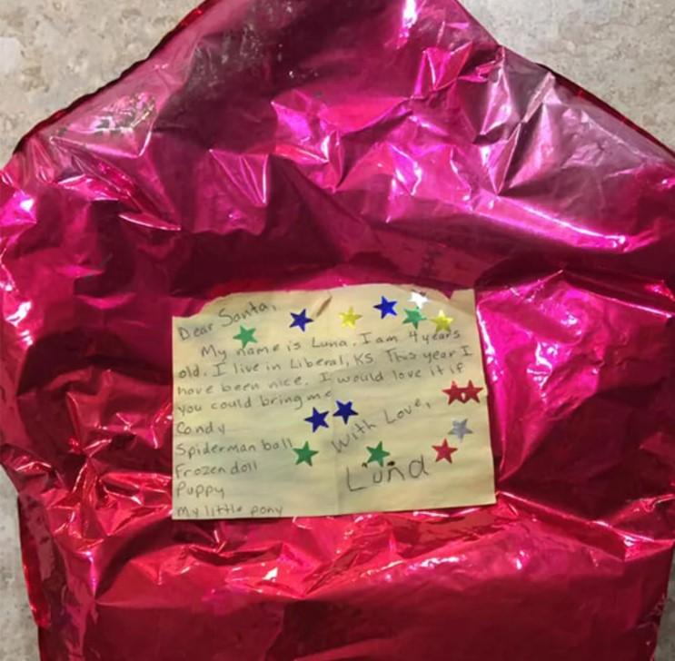 Элвин нашел шарики с прикрепленными к ним списками желанных подарков