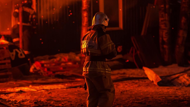 Полсотни спасателей борются с огнем на территории ангара в Петербурге