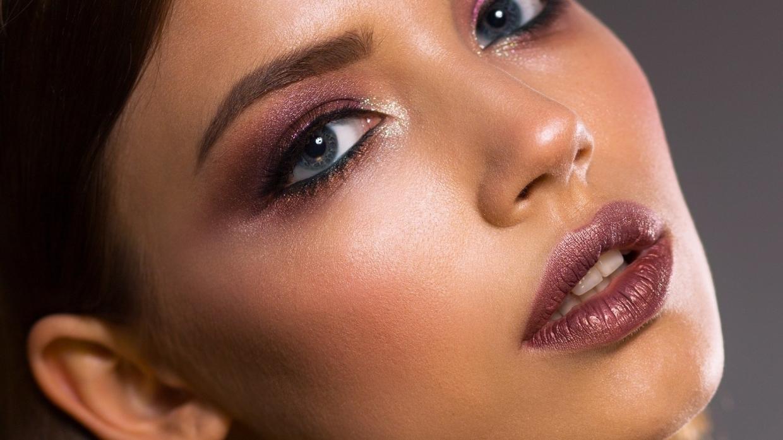 Тональный крем должен не только маскировать недостатки, но и ухаживать за сухой кожей