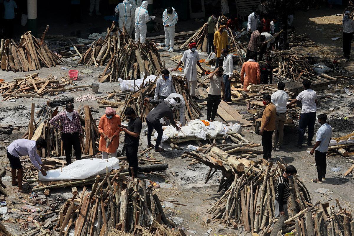 Местные жители помогают устраивать погребальные костры