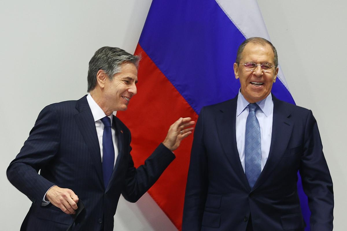 Министр иностранных дел РФ Сергей Лавров и государственный секретарь США Энтони Блинкен (справа налево) во время встречи