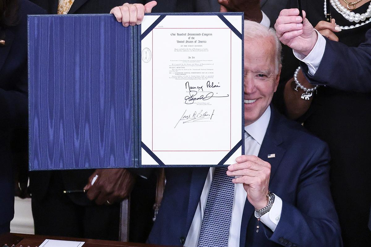 Президент США Джо Байден подписал закон о признании федеральным праздником Дня отмены рабства, отмечаемый 19 июня