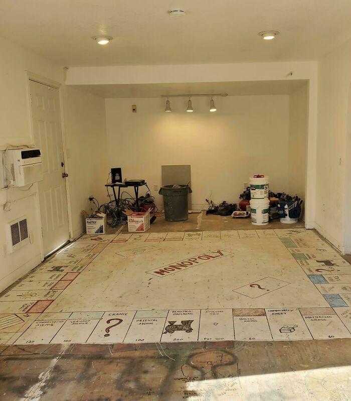 Под ковролином в доме моей свекрови мы нашли гигантскую доску для игры в монополию.