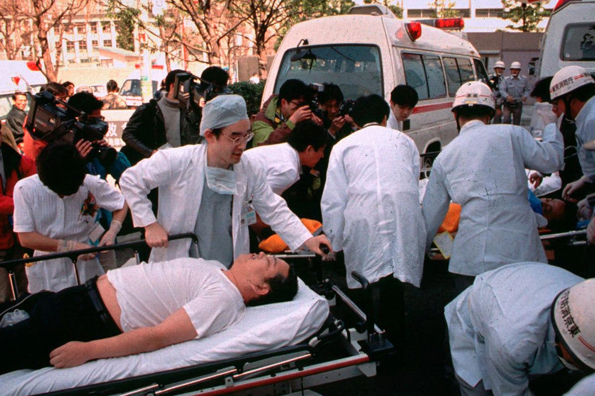 Япония. Токио. Пассажиры метро, пострадавшие от отравляющего газа зарина, распыленного членами религиозной секты «Аум Сенрикё»