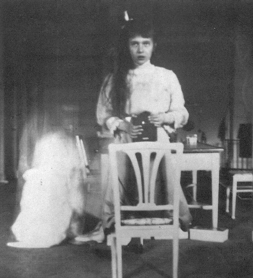 В 1914 году на Kodak Brownie был снят первый автопортрет девочки-подростка: его сделала княжна Анастасия Николаевна