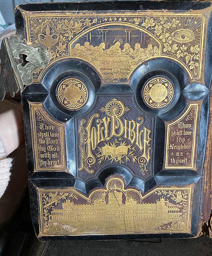 Нашла невероятно крутую и старую Библию, датированную 1881 годом.