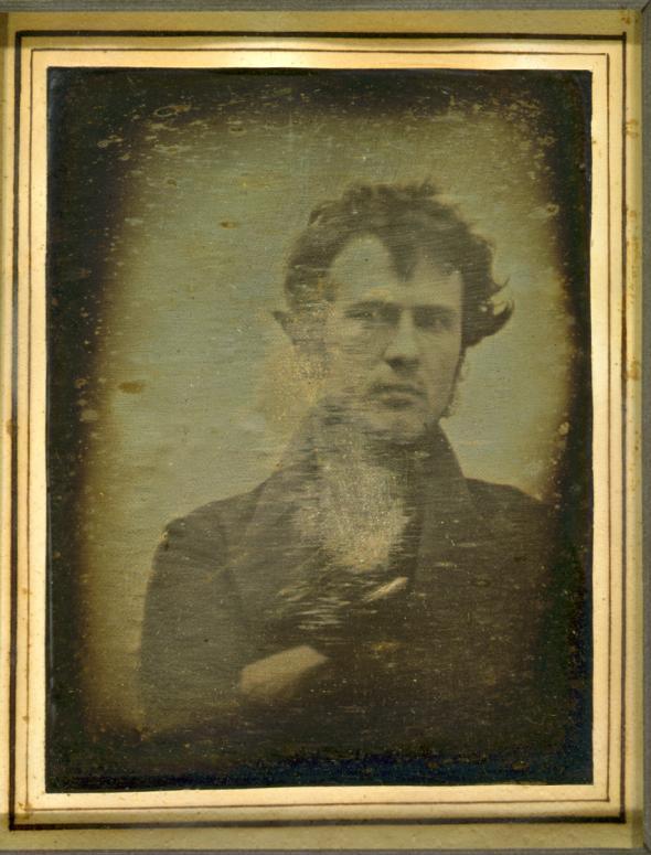 Первое фотоселфи было создано в 1839 году американским химиком Робертом Корнелиусом с помощью дагеротипии