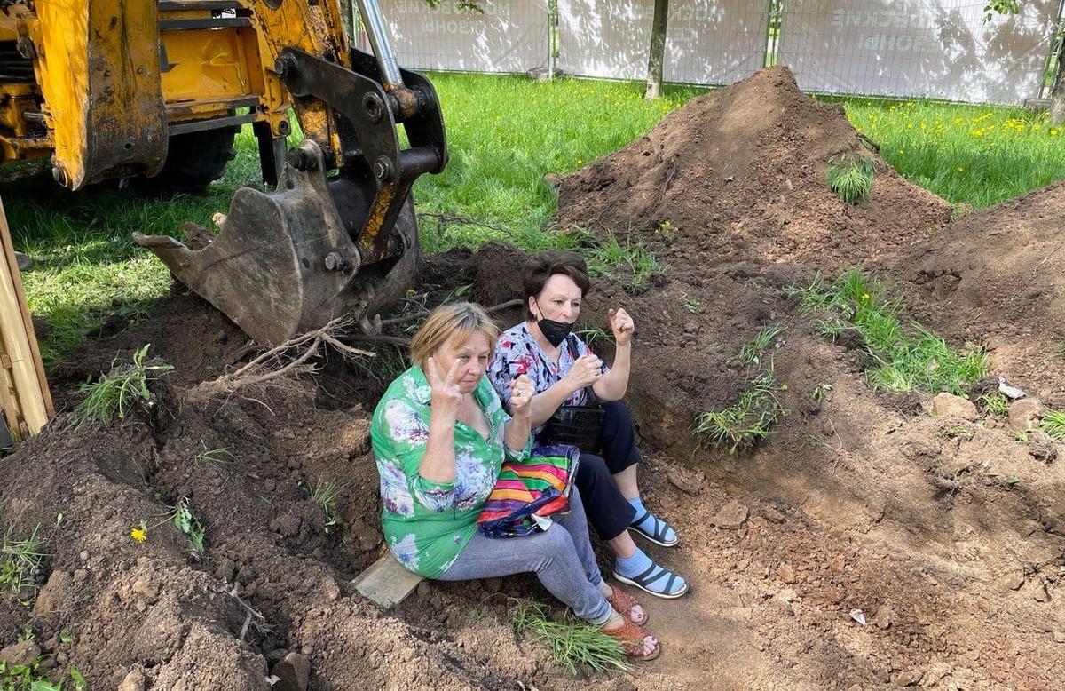 Жители Отрадного легли под трактора в битве против ярмарки в парке