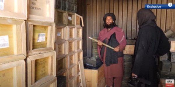 Талибан хвастается захваченным оружием, брошенным американцами после бегства из Афганистана
