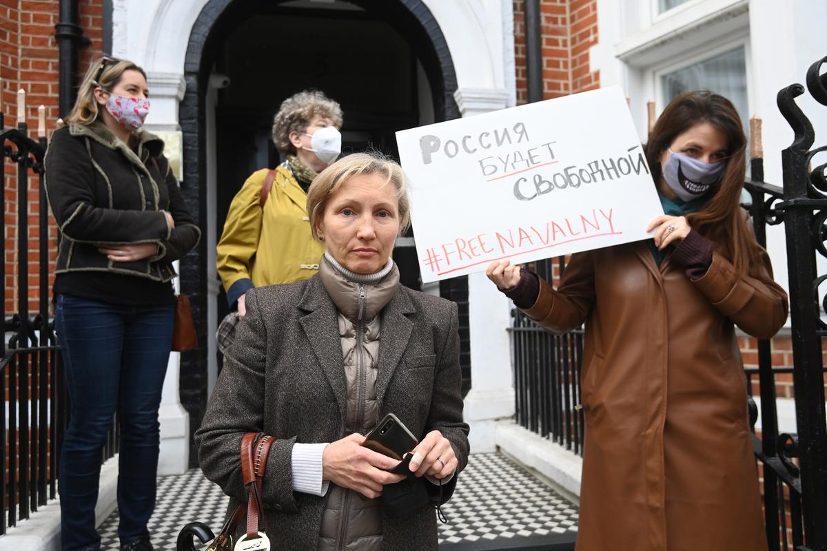 Вдова экс-сотрудника ФСБ Александра Литвиненко Марина на акции в поддержку Алексея Навального у здания посольства РФ в Лондоне