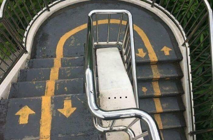 Уверены, что без толкучки на этой лестнице не обходится.