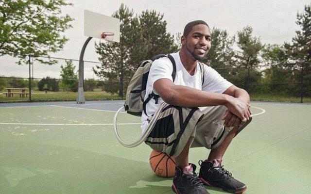 Несмотря на то, что аппарат весил около шести килограммов, передвигаться с ним было довольно удобно, поэтому Стэн мог не только гулять с ним повсюду, но и играть в баскетбол