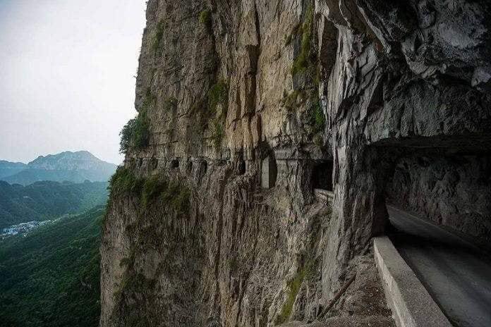 Несмотря на отсутствие необходимых инженерных знаний и опыта 13 самых смелых и сильных жителей деревни взялись за строительство туннеля.
